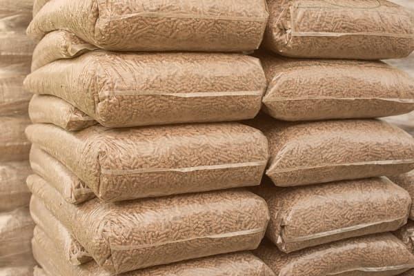 Les sacs de granulés génèrent des déchets plastiques