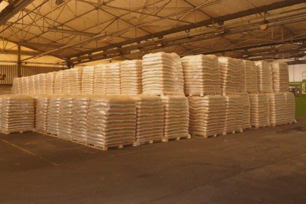 Les stocks de palettes de granulés bois en sacs sont coûteux par l'espace qu'ils occupent en entrepôts en plus de représenter une charge financière